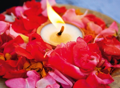 Fair Trade Photo Greeting Card Artistique, Asia, Candle, Ceremony, Closeup, Colour image, Condolence/Sympathy, Ethnic-folklore, Flame, Flower, Food and alimentation, Fruits, Horizontal, India, Light, Orange, Red, Spirituality