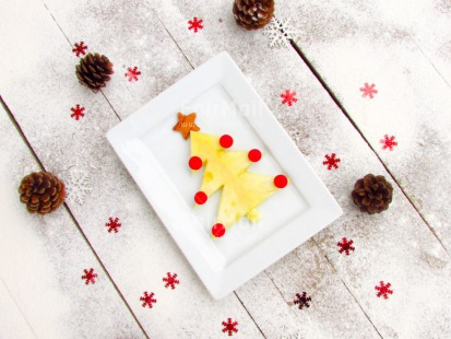 Fair Trade Photo Christmas, Colour image, Food and alimentation, Fruits, Horizontal, Peru, Pine, Pineapple, Plate, Red, Seasons, Snow, South America, Star, Table, Tree, White, Winter