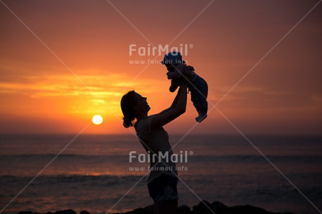 Fair Trade Photo Baby, Colour image, Food and alimentation, Fruits, Horizontal, Mother, New baby, Ocean, Orange, People, Peru, Sea, Shooting style, Silhouette, South America, Sunset, Yellow