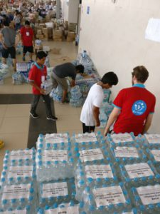The FairMail Peru team helping out with the distribution of drinking water to the flood victims.